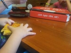 """8 – פיצה כמעט חינם באר שבע – ה""""קרב"""" נגמר בתבוסת הסועדים… הפיצה נצחה… נתאמן לפעם הבאה."""